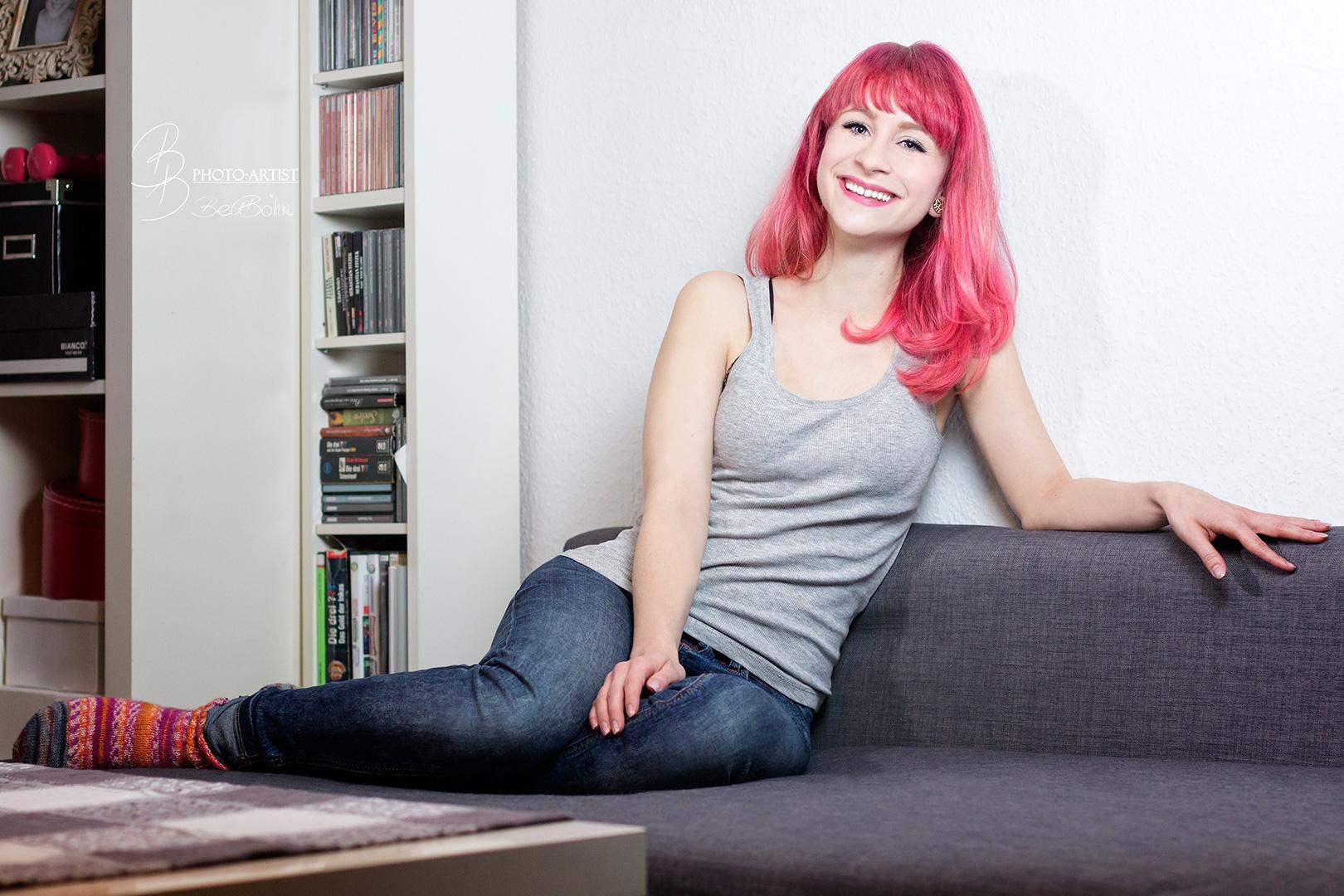 18 Amy auf dem Sofa
