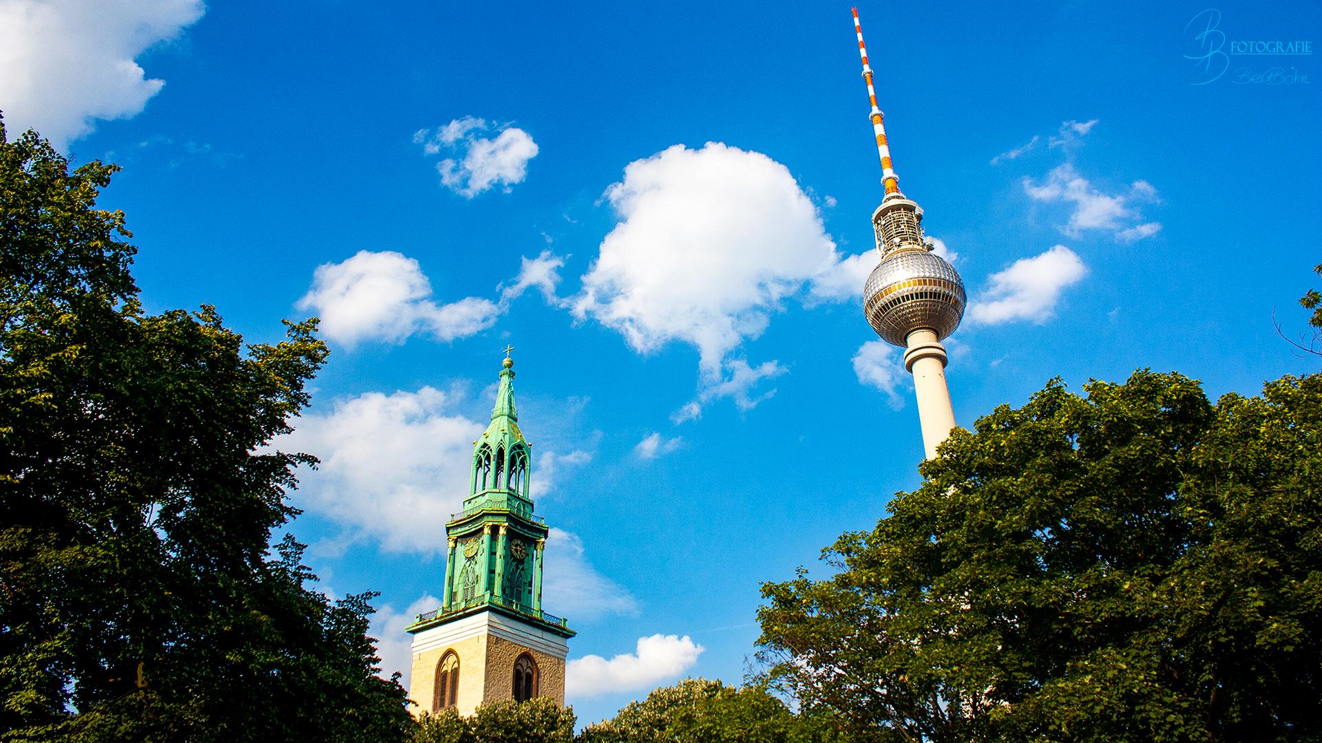 06 Der Fernsehturm und der Turm der Marienkirche