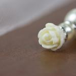 Detailansicht eines Kettenanhänger aus Perlen, Strasselementen und Rosenverzierung in 925er Silber von JDUnikat Schmuckdesignerin Jana Drange, Schmuck handmade aus Berlin