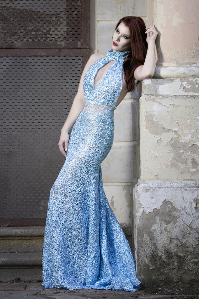 Model und Moderatorin Diana Richter aus Berlin in einem hellblauen Kleid aus der Kollektion Satan Rebirth von der berliner Designerin Luciana Adulari