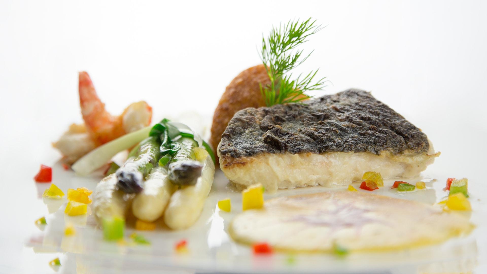 11 Michels_Hotels_Thalassohotel_Nordseehaus_Restaurant_Tide_Menue_Gericht_mit_Fisch