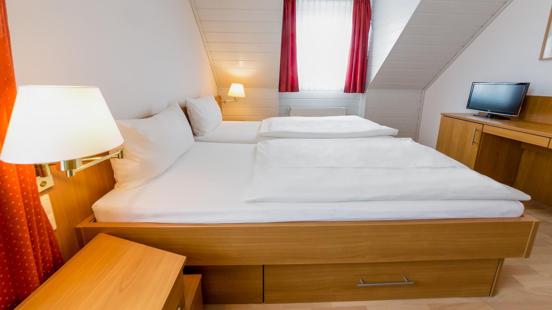 19 Michels_Hotels_Suedwesthoern_2Raum_Ferienwohnung_Schlafzimmer_Doppelbett