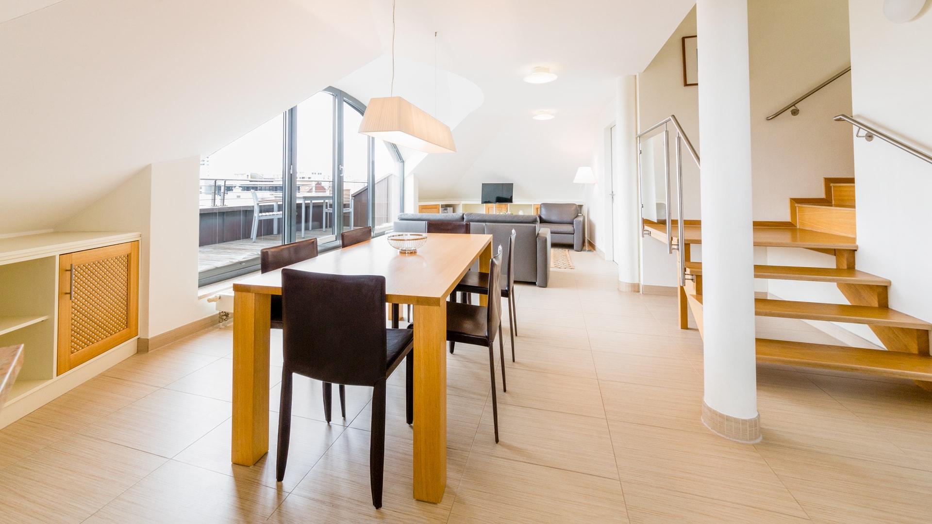 25 Michels_Hotels_Villa_Nordsee_Ferienwohnung_Typ_A_Wohnbereich_und_Balkon