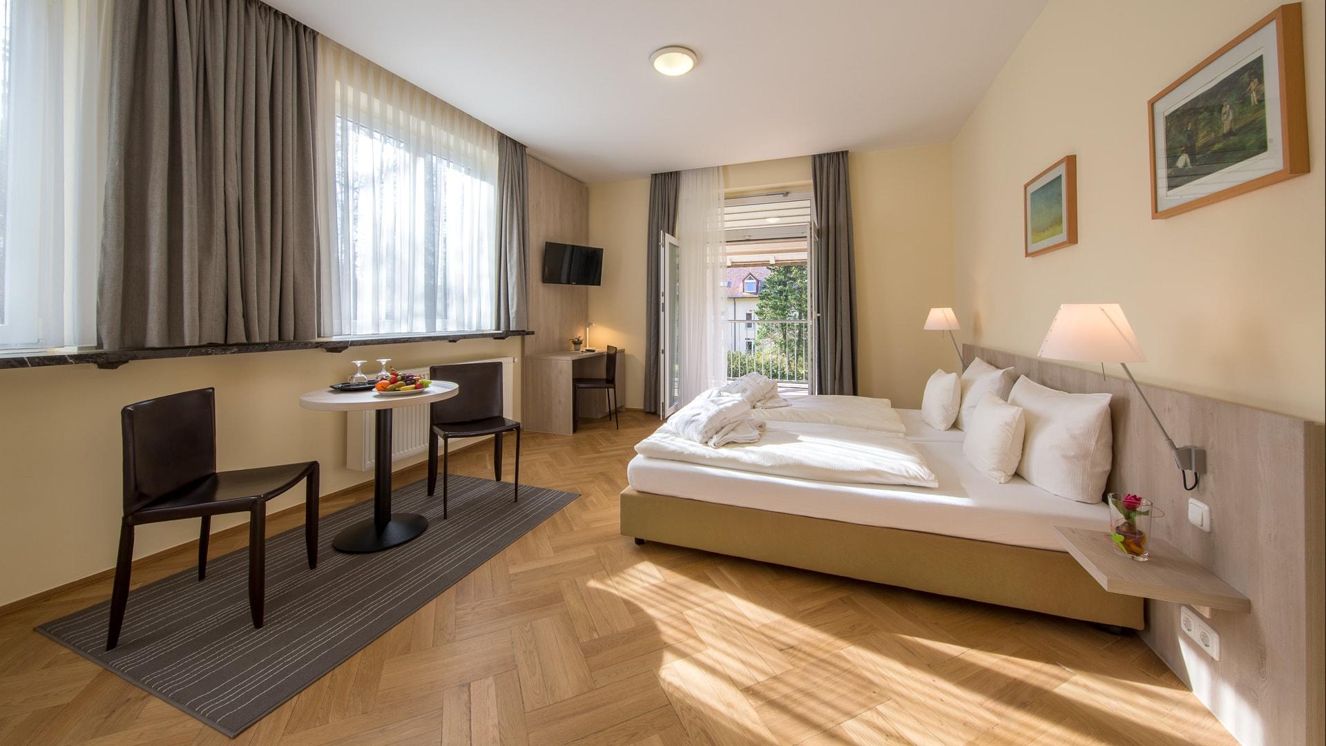 26 Michels_Hotels_Waldresidenz_Bernau_Ferienwohnung_B410_Schlafzimmer_mit_Balkon_und_Ausblick
