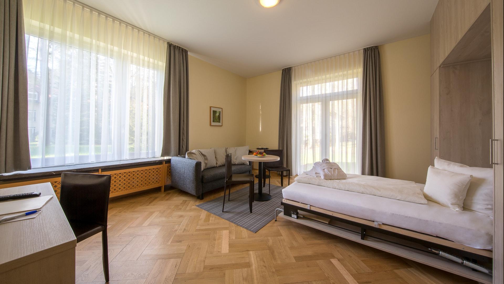 29 Michels_Hotels_Waldresidenz_Bernau_Ferienwohnung_B403_Wohnzimmer_mit_Schrankbett