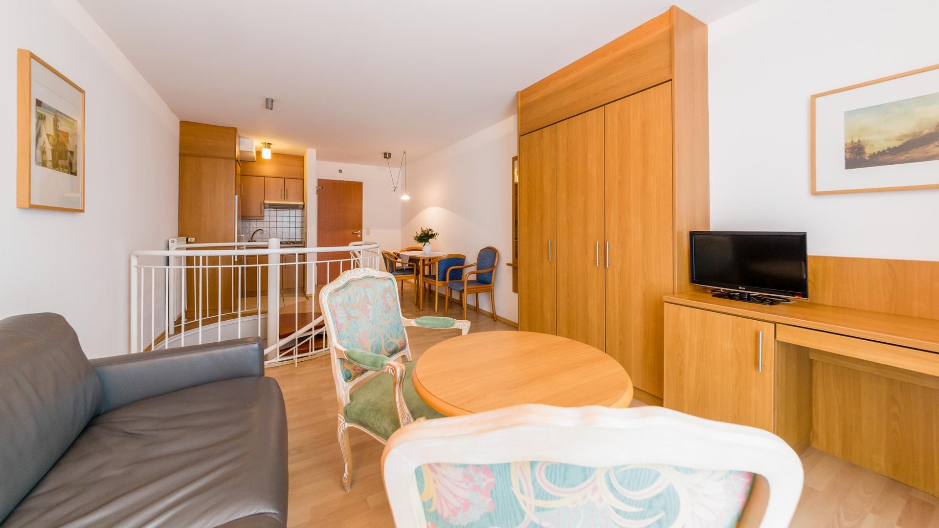 31 Michels_Hotels_Suedwesthoern_3Raum_Ferienwohnung_Wohnbereich_und_offene_Kueche