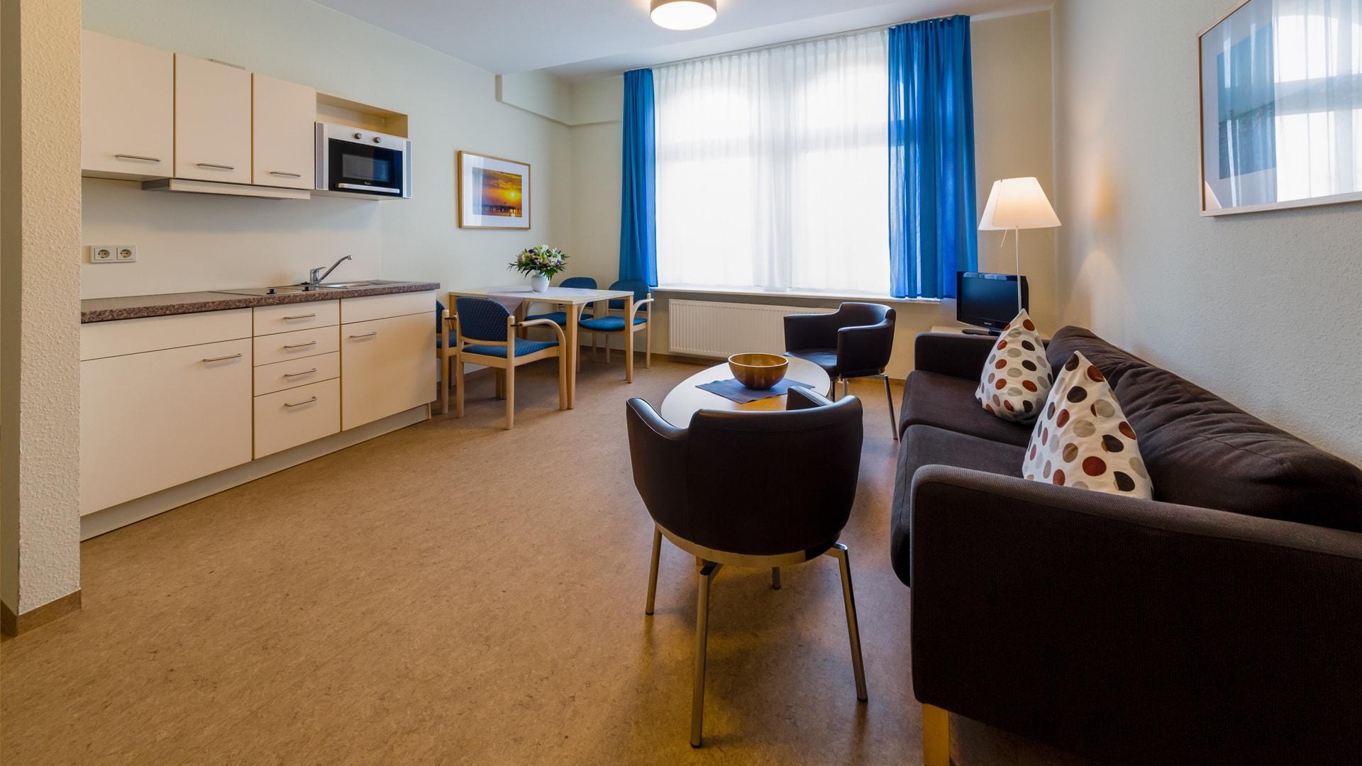 34 Michels_Hotels_Haus_Wilhelm_Augusta_2Raum_Ferienwohnung_Wohnbereich_und_offene_Kueche