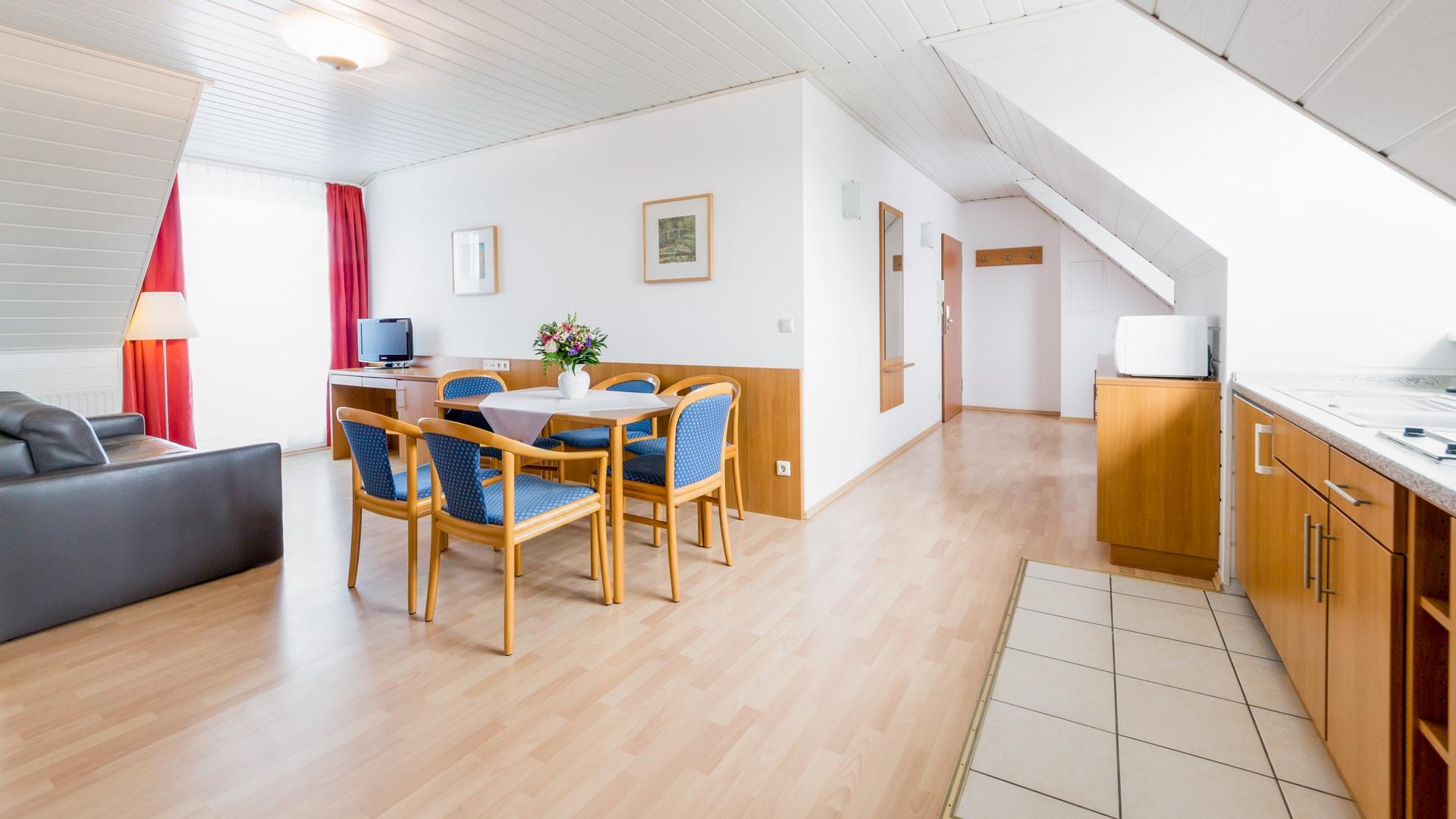 40 Michels_Hotels_Suedwesthoern_2Raum_Ferienwohnung_Wohnbereich_und_offene_Kueche