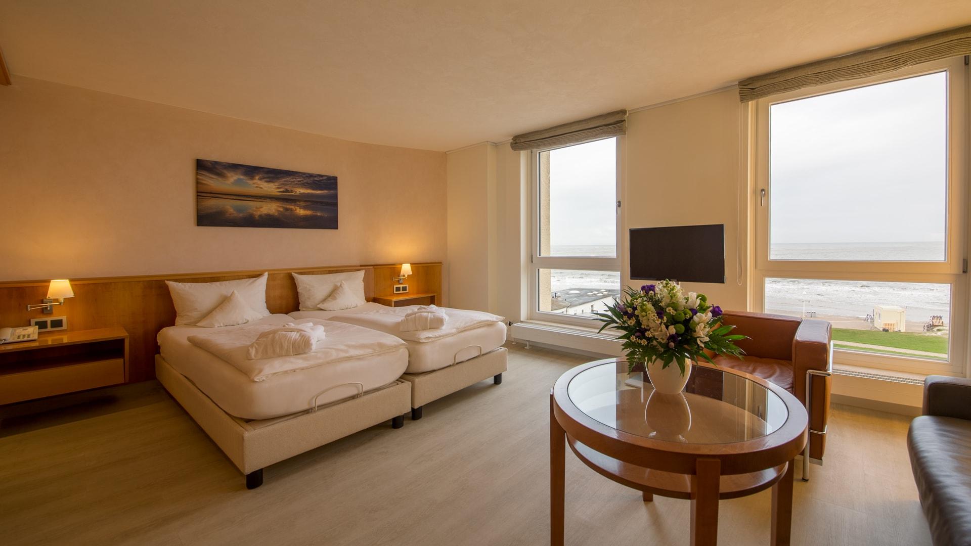 7 Michels_Hotels_Strandhotel_Germania_Familiensuite_Seeseite_Doppelbett